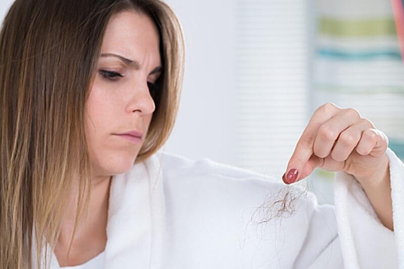 髪の毛が抜ける女性