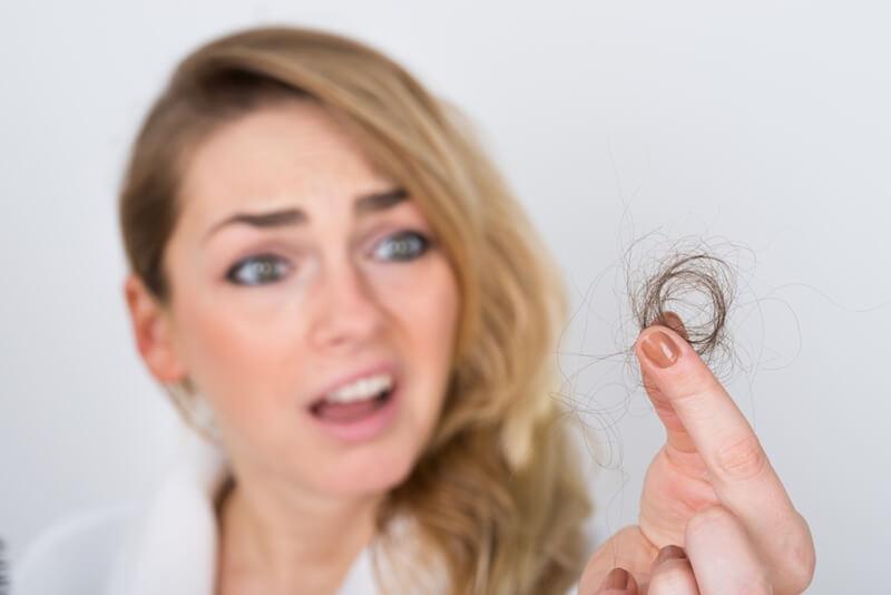 髪の毛を抜く