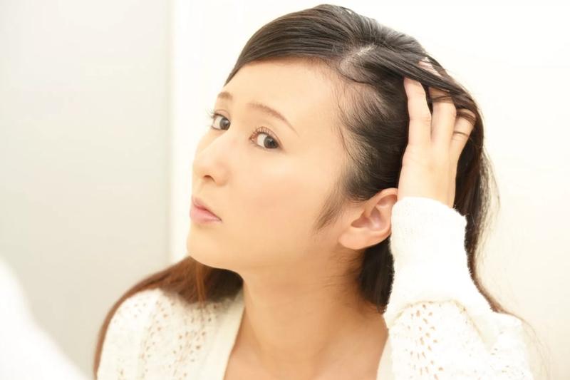 髪が薄い女性の原因と対策